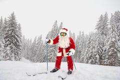 Esquiador de Santa Claus en el fondo del paisaje del esquí Fotografía de archivo