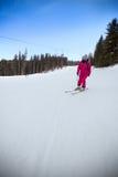 Esquiador de sexo femenino abajo de la cuesta Imágenes de archivo libres de regalías