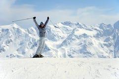 Esquiador de sexo femenino alegre Imagen de archivo libre de regalías