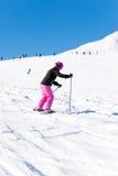 Esquiador de sexo femenino en nieve fresca Fotografía de archivo