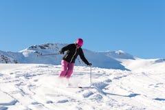 Esquiador de sexo femenino en nieve fresca del polvo Foto de archivo libre de regalías