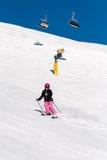 Esquiador de sexo femenino en nieve fresca del polvo y cielo azul Imagen de archivo