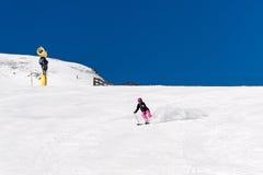 Esquiador de sexo femenino en nieve fresca del polvo y cielo azul Imagenes de archivo