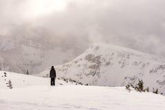 Esquiador de sexo femenino en polvo de esquí de las montañas Imágenes de archivo libres de regalías