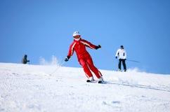 Esquiador de sexo femenino joven en una cuesta de montaña Fotos de archivo libres de regalías