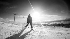 Esquiador de sexo femenino que consigue un cierto resto en el top de la montaña que disfruta de la visión almacen de video