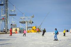Esquiador de sexo femenino que esquía cuesta abajo en la estación de esquí Imagen de archivo