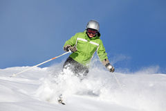 esquiador de sexo femenino sonriente Foto de archivo libre de regalías