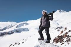 Esquiador de sexo masculino barbudo del retrato del crecimiento envejecido contra el fondo de las montañas del Cáucaso coronadas  fotografía de archivo libre de regalías