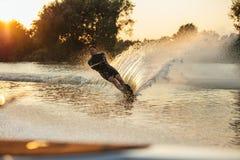 Esquiador del agua en la acción en el lago Fotos de archivo libres de regalías