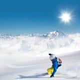 Esquiador del hombre que corre cuesta abajo Imagen de archivo libre de regalías