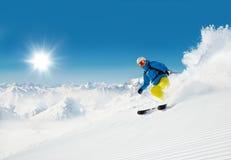 Esquiador del hombre que corre cuesta abajo Fotos de archivo libres de regalías