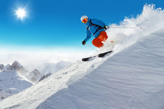 Esquiador del hombre que corre cuesta abajo Imagenes de archivo