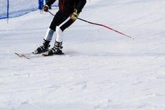 Esquiador del hombre que monta abajo de la cuesta Foto de archivo