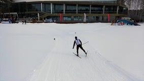 Esquiador del soporte en el uniforme que viene a la meta, concepto del deporte cantidad Esquí del hombre que patina su revestimie imagen de archivo libre de regalías