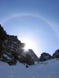 Esquiador del viaje que viene abajo montaña Fotografía de archivo libre de regalías