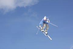 Esquiador del vuelo en las montañas Imagen de archivo libre de regalías