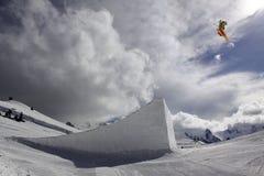 Esquiador del vuelo en las montañas Fotografía de archivo