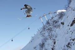 Esquiador del vuelo en las montañas Fotografía de archivo libre de regalías