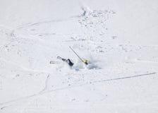 Esquiador después de caer abajo en cuesta de montaña Imagen de archivo