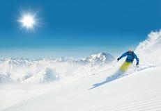Esquiador do homem que corre para baixo Imagem de Stock