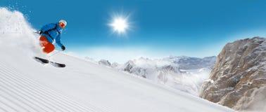 Esquiador do homem que corre para baixo Fotos de Stock Royalty Free