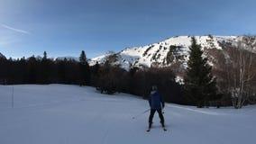 Esquiador do novato que desce uma inclinação do esqui em Pirenaico francês vídeos de arquivo
