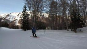 Esquiador do novato que desce uma inclinação do esqui em Pirenaico francês video estoque