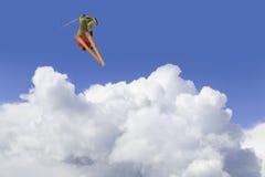 Esquiador do vôo em montanhas Fotografia de Stock Royalty Free