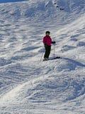 Esquiador em declive na área alpina alta do esqui Fotos de Stock Royalty Free