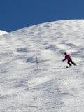 Esquiador em declive na área alpina alta do esqui Imagens de Stock