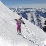Esquiador en declive de los jóvenes Imagenes de archivo