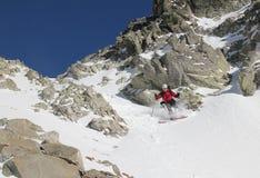 Esquiador en el couloir Imagen de archivo libre de regalías