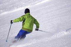 Esquiador en el piste del esquí Imagenes de archivo