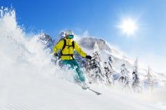 Esquiador en el piste que corre cuesta abajo Fotos de archivo libres de regalías