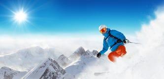 Esquiador en el piste que corre cuesta abajo Imágenes de archivo libres de regalías