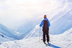 Esquiador en fondo hermoso de la montaña fotos de archivo