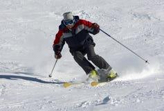 Esquiador en la cuesta de la nieve Imagenes de archivo