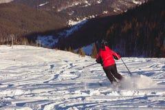 Esquiador en la cuesta del esquí Imagen de archivo libre de regalías