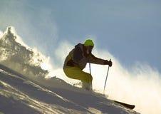 Esquiador en la montaña fotos de archivo