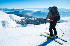 Esquiador en la montaña nevosa Foto de archivo libre de regalías