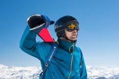 Esquiador en la montaña nevosa fotografía de archivo