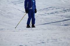 Esquiador en la pista que espera para volver fotos de archivo