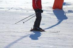 Esquiador en la pista que espera para volver imagenes de archivo
