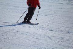 Esquiador en la pista que espera para volver foto de archivo libre de regalías