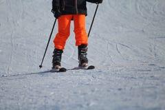 Esquiador en la pista que espera para volver fotografía de archivo libre de regalías