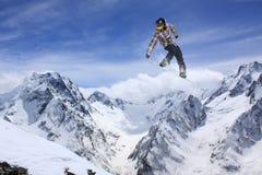Esquiador en las montañas, deporte extremo del vuelo Fotografía de archivo