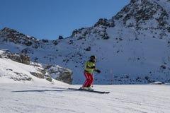 Esquiador en las montañas italianas fotografía de archivo libre de regalías