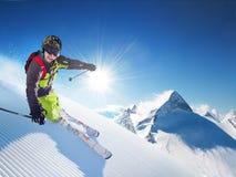 Esquiador en montañas imágenes de archivo libres de regalías