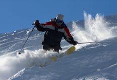 Esquiador en nubes del polvo Foto de archivo libre de regalías